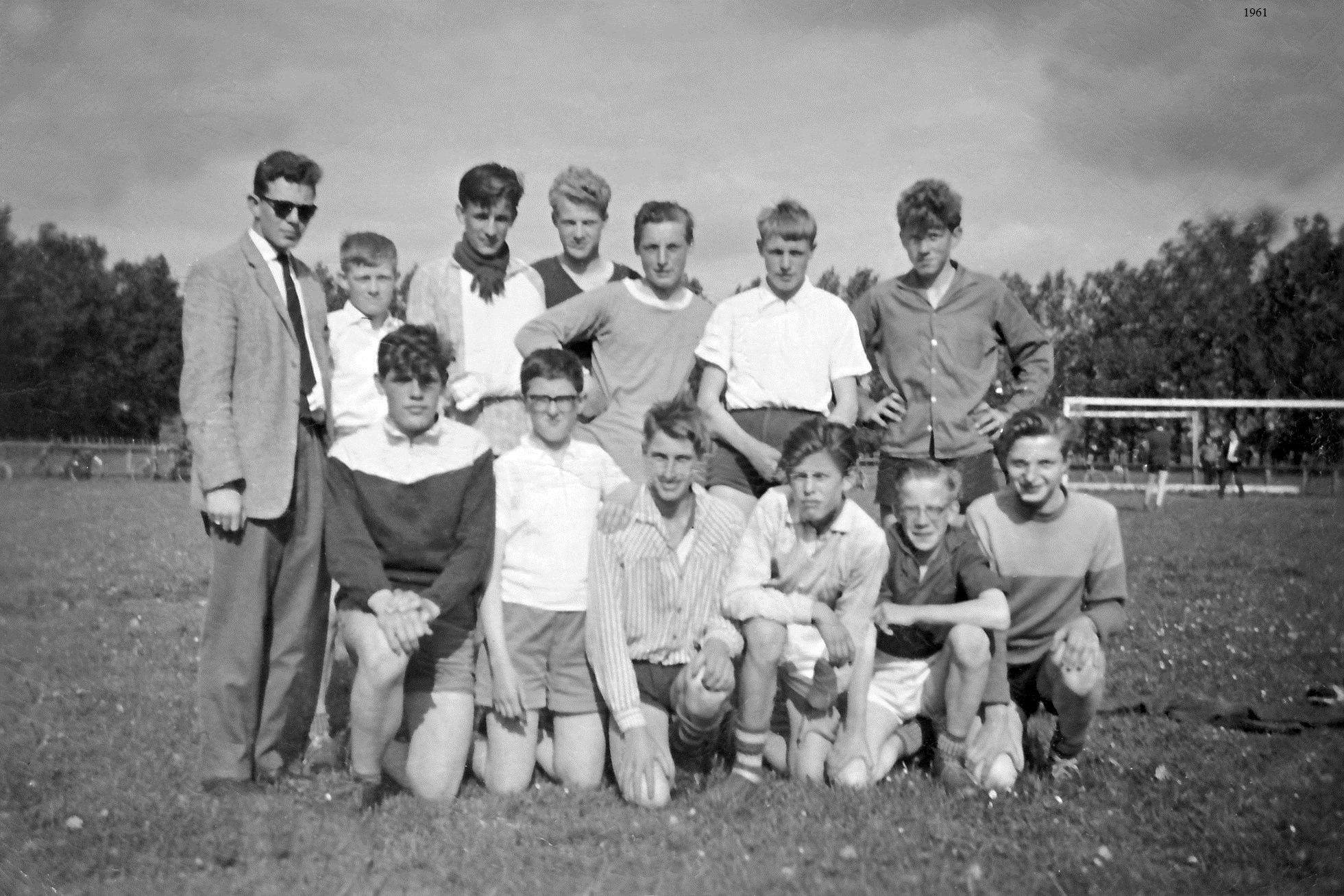Staand van links naar rechts: J.Winkel (Leider), Klaas Bergkamp, Lammert Bos, Jan Poeles, Toon Komen, Henk Woud en Hemmo Bosscher Gehurkt van links naar rechts: Bertie de Jonge (Pzn), Jan van Dijk, Teun Veenstra, Harrie Drent, Klaas Bos en Feike Oenema.